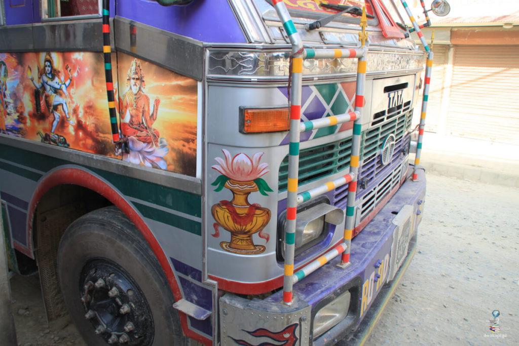 malowana ciężarówka w nepalu